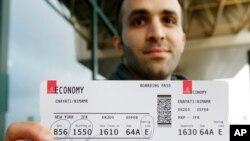 Pria AS keturunan Iran, Nima Enayati menunjukkan boarding pass-nya di bandara Milan, Italia untuk terbang ke Amerika, Minggu 5/2 (foto: ilustrasi).