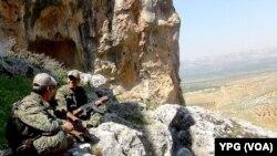 Şervanên YPGê li Efrînê sînor diparêzin
