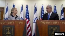 PM Israel Benjamin Netanyahu dan Menlu AS Hillary Clinton melakukan konferensi pers bersama di Yerusalem (20/11). Mediasi internasional dilaporkan berhasil menyepakati gencatan senjata Israel-Hamas.