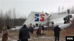 Pesawat Dagestan Airlines yang terbelah setelah mendarat darurat di Moskow.