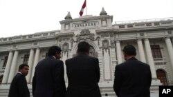 El Tribunal Constitucional de Perú ha respaldado el martes el cierre del Parlamento.