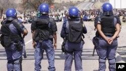 Polisi Afrika Selatan berjaga di sekitar pertambangan Platinum dekat Rustenburg (Foto: dok). Sekitar 70 orang buruh tambang Gold Fields Kloff ditangkap setelah melakukan aksi duduk di kantor polisi Westonaria, Minggu (14/10).