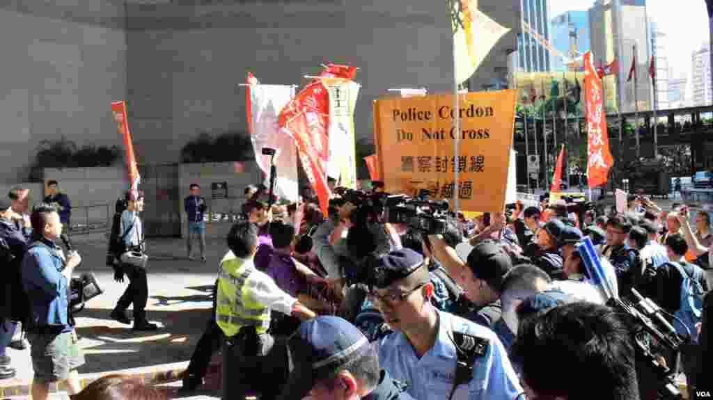 香港反北京清理低端人口示威一度爆發警民衝突(美國之音湯惠芸)