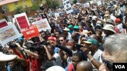 Ribuan warga Afrika Selatan unjuk rasa di Johannesburg untuk menyampaikan ketidakpuasan mereka terhadap Presiden Jacob Zuma, hari Rabu (16/12).