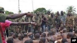포로로 잡힌 그바그보 지지파 군인들