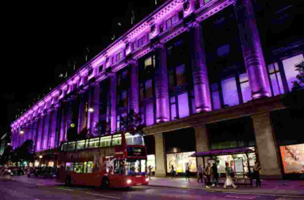 En Londres, la tienda por departamentos Selfridges demuestran su apoyo a la campaña contra el cáncer de mama.