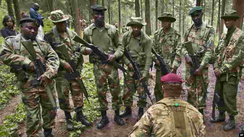 Des éléments de la garde-forêt du Wildlife Kenya et du Service de Forêt au Kenya suivent une formation sur comment conduire une patrouille.