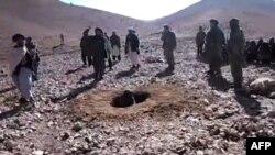 Warga Afghanistan di wilayah yang dikuasai Taliban usai melakukan hukum rajam dengan batu (foto: dok).