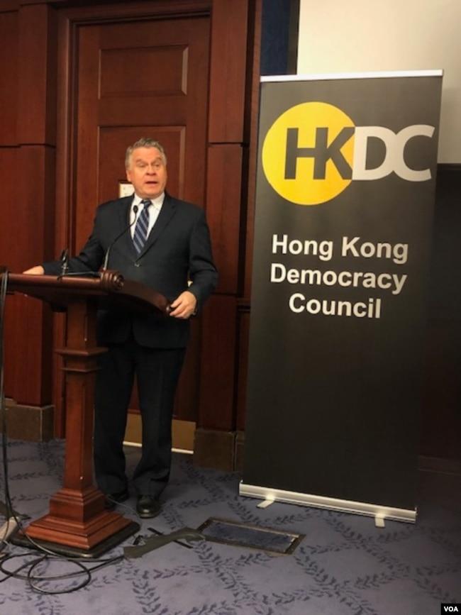 美国众议员史密斯(Chris Smith)3月10日对香港民主委员会成员发表讲话。