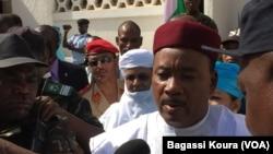 Le président Issoufou s'adresse à la presse après avoir voté lors du second tour de l'élection présidentielle, dimanche 20 mars, 2016. Photo voa Bagassi Koura.