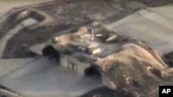Vòm chứa máy bay tại một căn cứ không quân Syria sau khi bị Mỹ không kích ngày 7/4/2017 (hình của Bộ Quốc phòng Nga)
