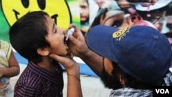 پولیو تداوی ندارد و تنها راه وقایۀ این بیماری انداختن دو قطره واکسین در دهان کودکان زیر سن پنج سال است
