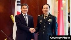 정경두 한국 국방장관과 웨이펑허 중국 국무위원 겸 국방부장이 지난 1일 싱가포르에서 회담했다. 한국 국방부 제공.