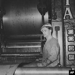 一名工人在匹兹堡轧钢厂工作