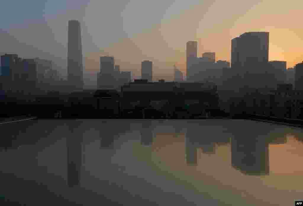 北京一连四天空气污染严重。居民被劝不要出门。(法新社)