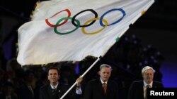 Thị trưởng Rio de Janeiro Eduardo Paes (trái) vẫy lá cờ Olympic trong lễ bế mạc Olympic London 2012 tại sân vận động Olympic, ngày 12/8/2012.