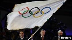 ເຈົ້າຄອງ ນະຄອນ Rio de Janeiro ທ່ານ Eduardo Paes (ຊ້າຍ) ໂບກທຸງໂອລິມປິກ ພ້ອມດ້ວຍ ປະທານອົງການ IOC ທ່ານ Jacque Rogge (ກາງ) ແລະ ເຈົ້າຄອງນະຄອນ London ທ່ານ Boris Johnson (ຂວາ) ໃນລະຫວ່າງພິທີປິດ ງານມະຫາກຳ ການແຂ່ງຂັນ ໂອລິມປິກ ປີ 2012 ຢູ່ທີ່ສະໜາມກິລາໂອລິມປິກ, ເມື່ອວັນທີ 12 ສິງຫາ 2012.