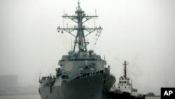 进入南中国海中国人造岛礁附近海域的美国海军拉森号驱逐舰。