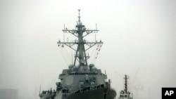នាវាចម្បាំង USS Lassen របស់ស.រ.អា។ នាវាអាមេរិក និងនាវាចិនសួរសុខទុក្ខគ្នានៅសមុទ្រចិនភាគខាងត្បូង។
