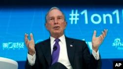 អតីតអភិបាលក្រុងញូវយ៉កនិងបេសកជនអ.ស.ប.លោក Michael Bloomberg ថ្លែងនៅក្នុងកិច្ចប្រជុំធនាគារពិភពលោកក្នុងទីក្រុងវ៉ាស៊ីនតោនកាលពីថ្ងៃទី១៩ ខែ មេសា ឆ្នាំ ២០១៨។