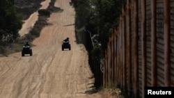 Cảnh sát tuần tra dọc theo một bức tường biên giới của Mỹ với Mexico ở Tecate, California, Mỹ, ngày 11 tháng 6, 2018.