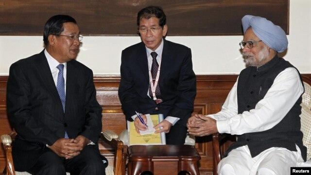 Thủ tướng Ấn Độ Manmohan Singh (phải) hội đàm với Thủ tướng Campuchia Hun Sen (trái) tại New Delhi, 19/12/12