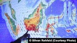 Titik-titik api kebakaran hutan di Kalimantan dalam peta milik Kementerian Lingkungan Hidup dan Kehutanan di Jakarta.