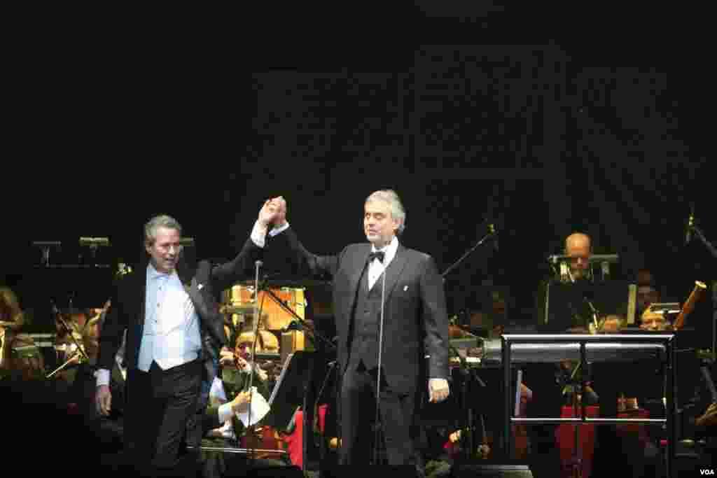 El tenor italiano saluda a su público y alzando las manos muestra su gratitud.