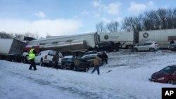 Más de 60 vehículos chocaron el sábado, 13 de febrero de 2016, en una ruta interestatal en Pennsylvania, este de EE.UU. en medio de una nevada.