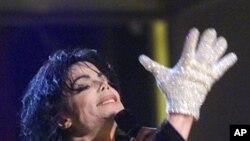 """2001년에 뉴욕에서""""Billie Jean""""을 선보이고 있는 마이클 잭슨"""