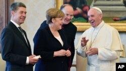 Merkel, su esposo Joachim Saber (izquierda) y Francisco se reunieron durante unos 40 minutos el sábado en el Palacio Apostólico.