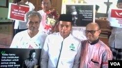 Kyai Umaruddin Masdar dari Majelis Dzikir Gusdurian (tengah) dan Romo Yohanes Dwi Harsanto bersama Gusdurian dan umat Katholik di Gereja St.Lidwina usai doa bersama Rabu (14/2). (Foto: VOA/Munarsih)