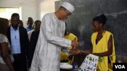 Lionel Zinsou s'apprêtant à voter à Cotonou, le 20 mars 2016. (VOA)