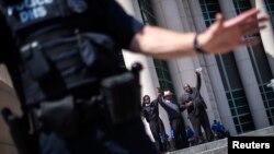 Activistas levantan sus manos en solidaridad con el asesinato de Michael Brown en San Luis, Missouri.