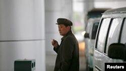 지난 3일 평양 공항에서 한 남성이 담배를 피고 있다. (자료사진)