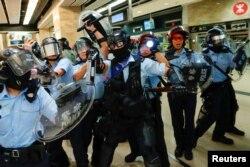 Polisi anti huru-hara Hong Kong membawa semprotan merica dan peralatan lengkap untuk memperketat keamanan di Hong Kong, 25 September 2019.