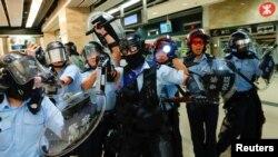 Polisi anti huru-hara memperketat keamanan di sekitar stasiun kereta api MTR Sha Tin, di Hong Kong, 25 September 2019.