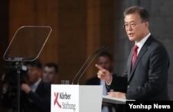 문재인 한국 대통령이 지난 6일 베를린 쾨르버 재단에서 한반도 평화구축과 남북관계, 통일을 주제로 연설하고 있다.