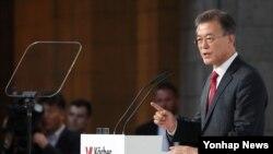 문재인 한국 대통령이 6일 베를린 쾨르버 재단에서 한반도 평화구축과 남북관계, 통일을 주제로 연설하고 있다.
