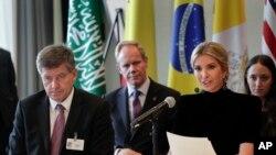 Guy Ryder, kiri, direktur jenderal Organisasi Perburuhan Internasional saat mendampingin Ivanka Trump, kanan, yang sedang membicarakan aksi untuk menghentikan kerja paksa, perbudakan modern dan perdagangan manusia di sela Sidang Umum PBB, September 2017. (Foto:Dok)