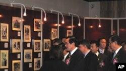 馬英九與官員參觀特展
