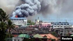 Ledakan di sebuah gedung di Jalan Osmena di kota Marawi, Filipina selatan saat pertempuran minggu lalu (14/6).