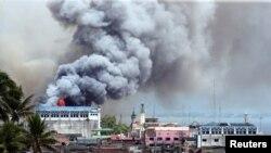 Khói bốc lên từ một tòa nhà bị cháy tại khu thương mại đường Osemena, thành phố Marawi, Philippines, ngày 14/6/2017.