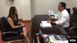 Celia Mendoza, periodista de la Voz de América, en entrevista con el alcalde de la ciudad de Santa Catarina. El área metropolitana de Monterrey, México, acoge entre 18 a 20 empresas de países como Uzbekistán, Japón y Corea del Sur, entre otras.