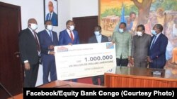 Bakambi ba Equity Bank Congo bapesi lisungi ya million moko ya ba dollars na mbulamatari mpo na bitumba na COVID19, Kinshasa, 25 juin 2020. (Facebook/Equiety Bank Congo)