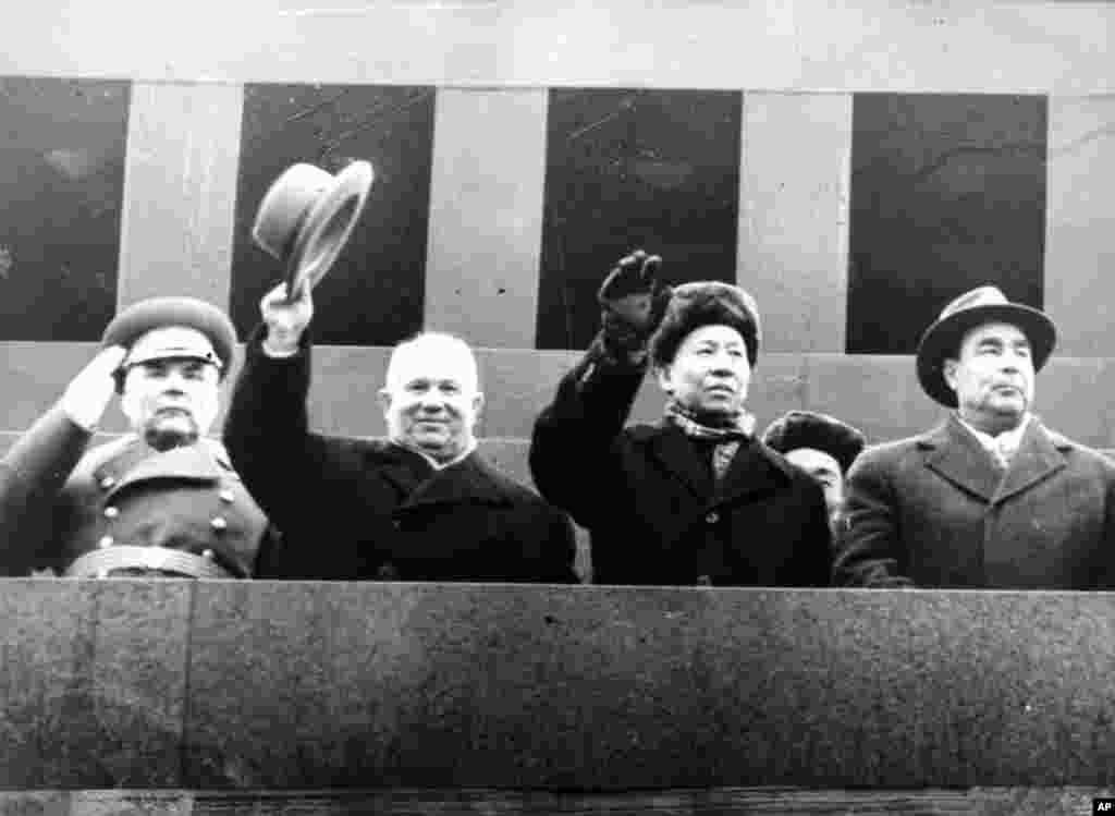 1960年11月7日,中国主席刘少奇和苏联共产党第一书记兼部长会议主席赫鲁晓夫(左起第二人)、苏联最高苏维埃主席团主席勃列日涅夫(右)和国防部长马利诺夫斯基在莫斯科红场。后来苏联改革家赫鲁晓夫被勃列日涅夫等人发动政变赶下台。在文革中, 刘少奇被称作中国的赫鲁晓夫。