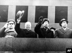 1960年11月7日,中国主席刘少奇和苏联部长会议主席赫鲁晓夫(左起第二人)、苏联最高苏维埃主席团主席勃列日涅夫(右)和国防部长马利诺夫斯基在莫斯科红场