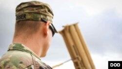 美国一名陆军士兵2017年11月1日维护一套萨德反导系统(美国陆军照片)