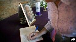 12月7日一名悼念者在纪念簿上写下悼词