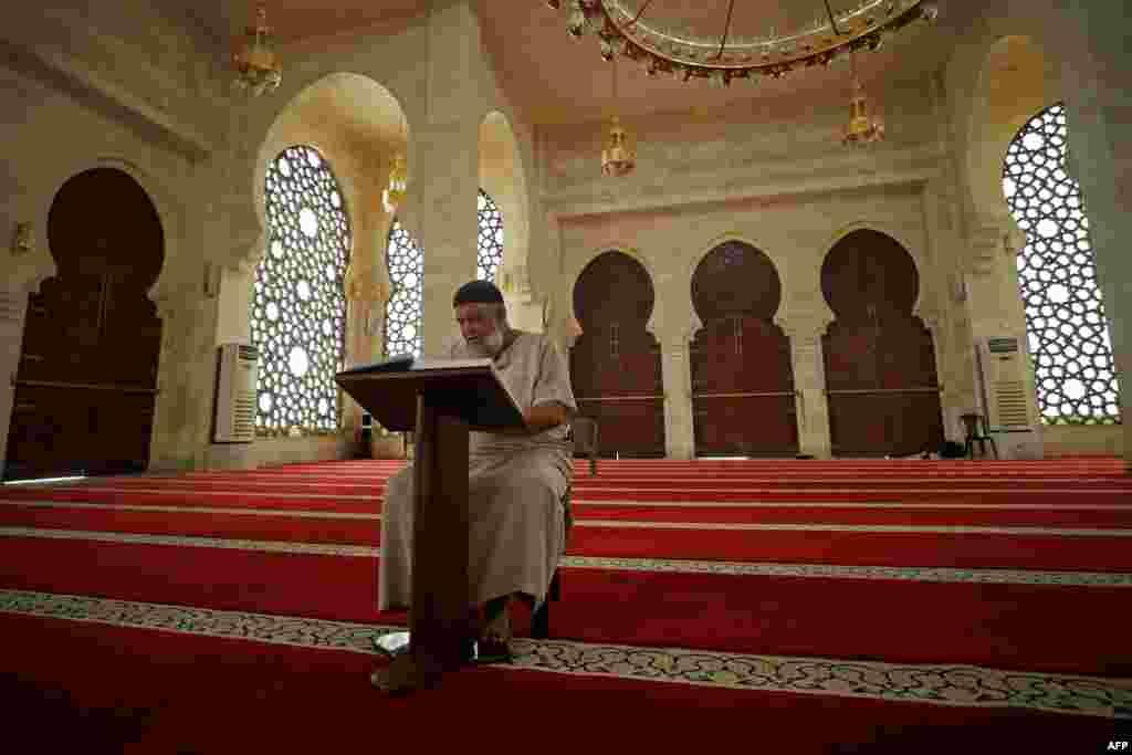 فلسطین کی مساجد میں بھی کرونا وائرس کے سبب ان دنوں سناٹے کا راج ہے۔ تاہم مساجد میں موجود عملہ ضرور عبادات میں مصروف نظر آ رہا ہے۔